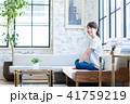 女性 座る ソファの写真 41759219