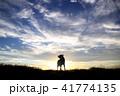 夕焼けと犬のシルエット 41774135