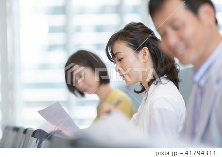資格試験を受けるビジネスマン セミナー 資格試験 オフィスカジュアル ビジネスシーン 41794311
