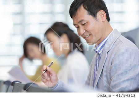 資格試験を受けるビジネスマン セミナー 資格試験 オフィスカジュアル ビジネスシーン 41794313