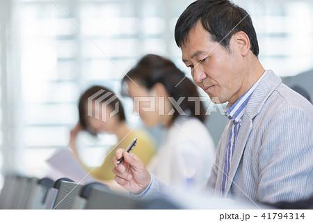 資格試験を受けるビジネスマン セミナー 資格試験 オフィスカジュアル ビジネスシーン 41794314