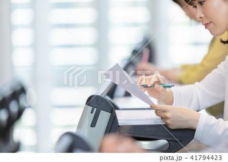 資格試験を受けるビジネスマン 手元 パーツ セミナー 資格試験 オフィスカジュアル ビジネスシーン 41794423