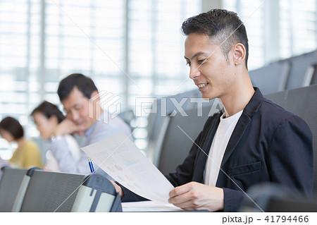 資格試験を受けるビジネスマン セミナー 資格試験 オフィスカジュアル ビジネスシーン 41794466