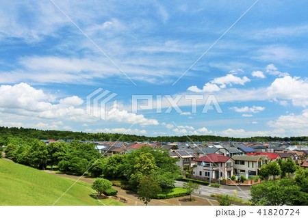 気持ちいい青空とニュータウンの風景 41820724