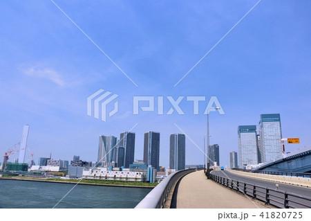 東京 青空のビル群と歩道 41820725