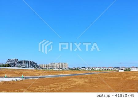 青空の街と建設前の土地 41820749