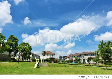 青空の街並みと公園 41820754