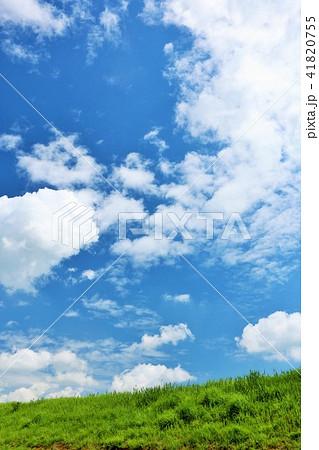 気持ちいい青空と白い雲と草原 41820755