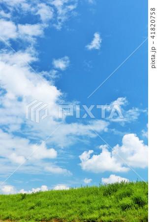 気持ちいい青空と白い雲と草原 41820758