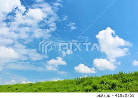 気持ちいい青空と白い雲と草原 41820759