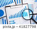 統計データの分析と収集。多くの成長グラフ、報告書と虫眼鏡。 41827798