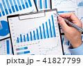 事業の成長を考える。データの収集と分析。多くのグラフが描かれたレポートと指し示す手。 41827799