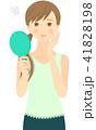 手鏡を見て困った顔をしている女性 41828198