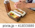 お弁当を食べるビジネスマン 41833880