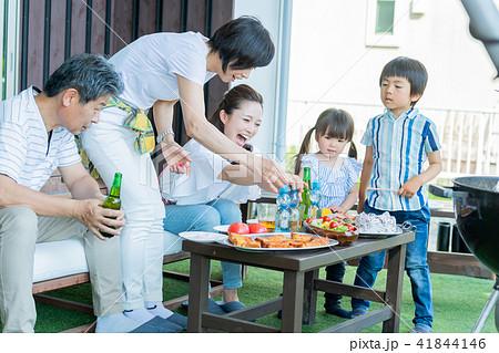 三世代家族、食事、バーベキュー 41844146