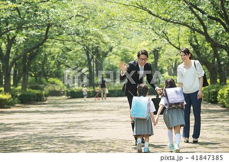 親子 小学生 通学 通勤 イメージ 41847385