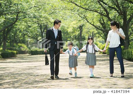 親子 小学生 通学 通勤 イメージ 41847394