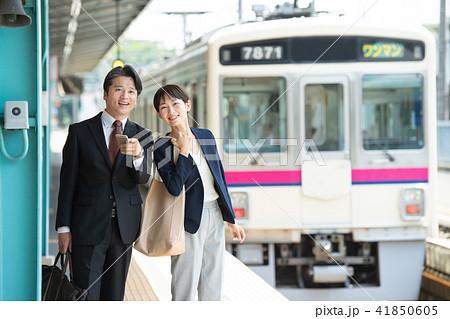 ビジネスマン ビジネスウーマン 電車 駅  撮影協力:京王電鉄株式会社 41850605