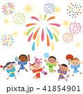子供達で花火を見る 41854901