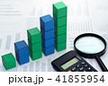 統計データの収集と分析のイメージ。グラフの背景に階段状の積木と電卓と虫眼鏡。 41855954