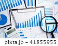 データ分析のイメージ。事業戦略の構築。多くのレポートと虫眼鏡、電卓。 41855955