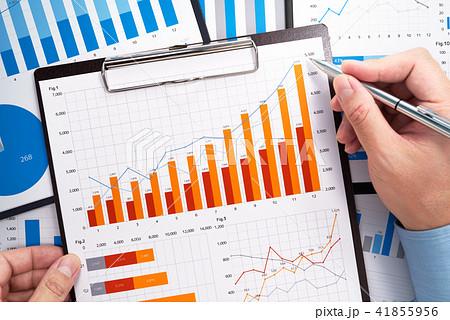 ビジネスデータの分析。統計データの収集。多くのグラフが描かれたレポートと指し示す手。 41855956