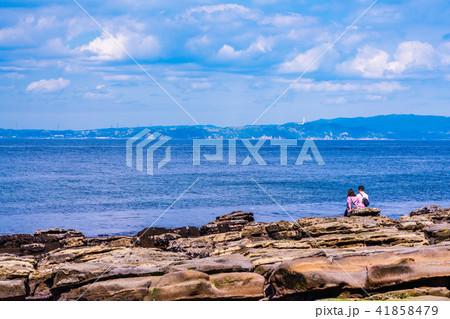 (神奈川県)観音崎公園の海を楽しむ二人 41858479