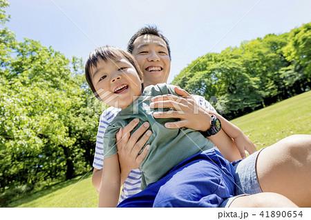 新緑の公園で遊ぶ父と息子 41890654