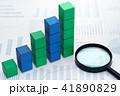 データ処理、データ分析のイメージ。グラフの背景に階段状の積木と虫眼鏡。 41890829
