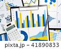 ビジネスレポートの作成と分析。多くのグラフと電卓とボールペン。 41890833