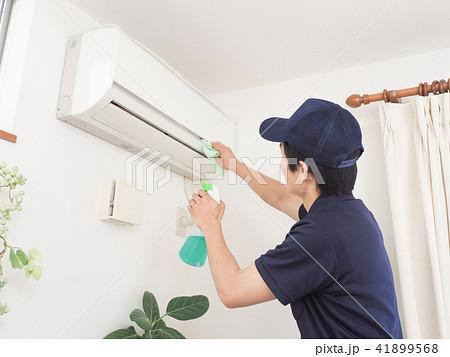 エアコンを掃除する作業 41899568