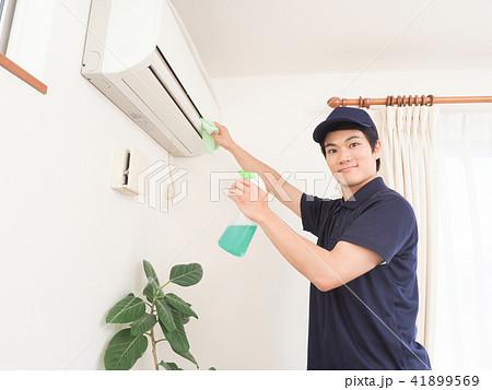 エアコンを掃除する作業員 41899569