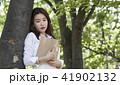 若い女性 若い女 木の写真 41902132