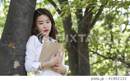 若い女性 若い女 木 41902132