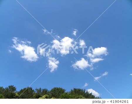 夏の青空と白い雲 41904261