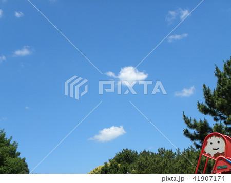 夏の青空と白い雲 41907174
