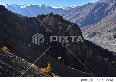インドのヒマラヤ山岳地帯 スピティ谷のダンカル村 崖の上に建つ住居と寺院 美しい山と川 41913548