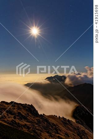 甲斐駒ヶ岳から見る月明かりの鳳凰山と富士山 41915698