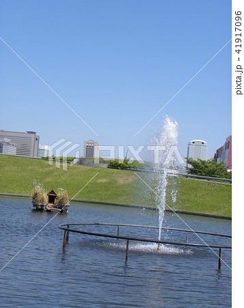 習志野市サクラ広場のカルガモ池の巣箱と噴水 41917096