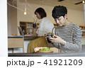 男性 カフェ スマートフォンの写真 41921209