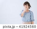 鼻をおさえる女性 41924560