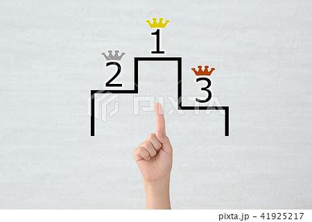 子どもの手と表彰台 41925217