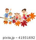 紅葉に座る家族 41931692