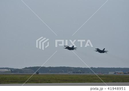 青森県の三沢基地を離陸する航空自衛隊のF-2戦闘機 41948951