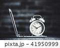 レンガ背景と目覚まし時計とパソコン 41950999