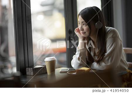 カフェで音楽を聴く女の子 41954050