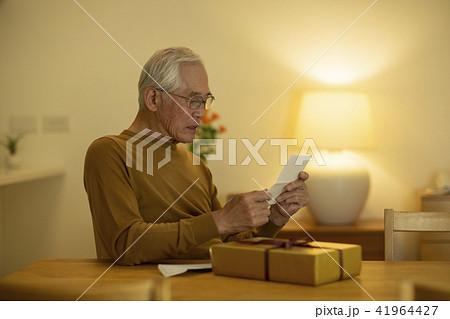シニア男性 手紙 41964427