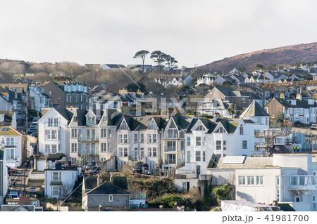 イギリス西部の丘に連立するレンガ造りの家並み 41981700