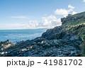 海の脇にある岩場の丘と遠くに見える水平線 41981702