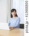 女性 ノートパソコン リビングの写真 41988800